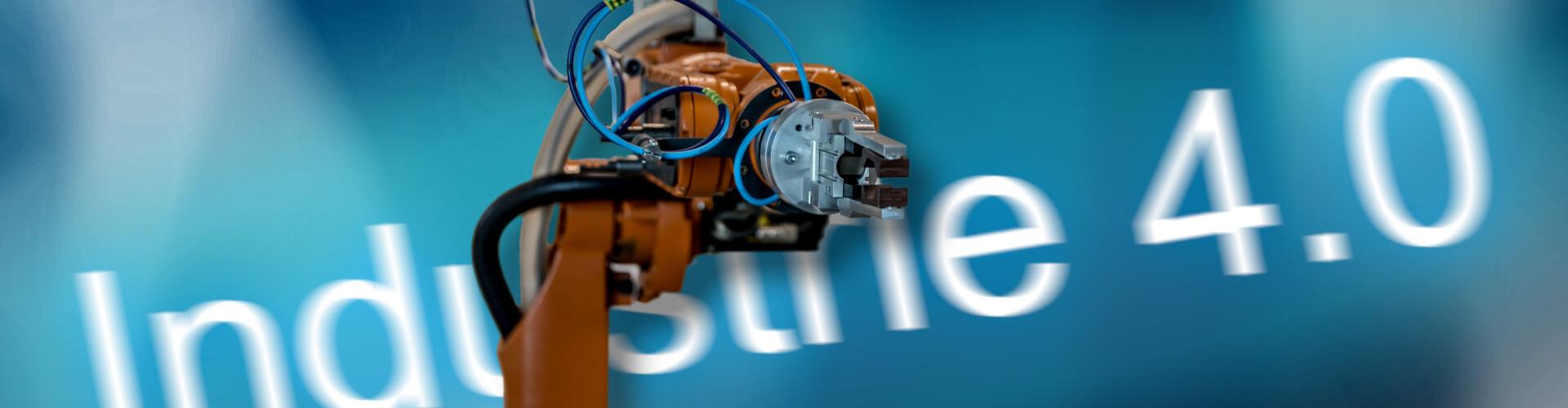 Ein Roboterarm vor Industrie 4.0-Hintergrund
